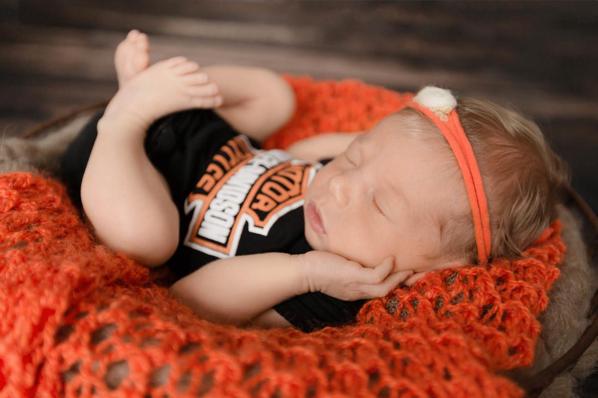 Newborn de menina com tema da Harley