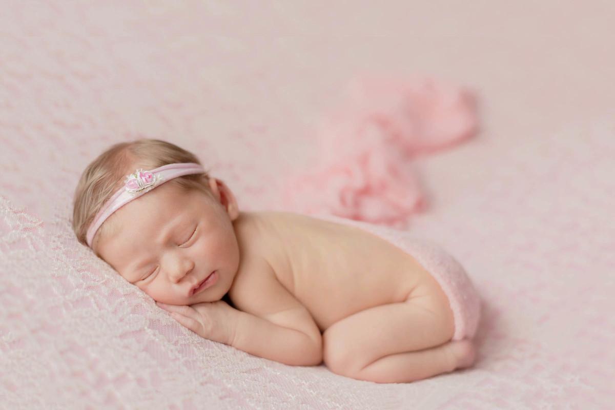 Giulia em ensaio newborn com toda delicadeza de uma recém nascida fofa
