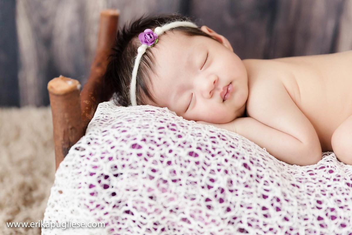 na caminha bebê descansa no ensaio newborn