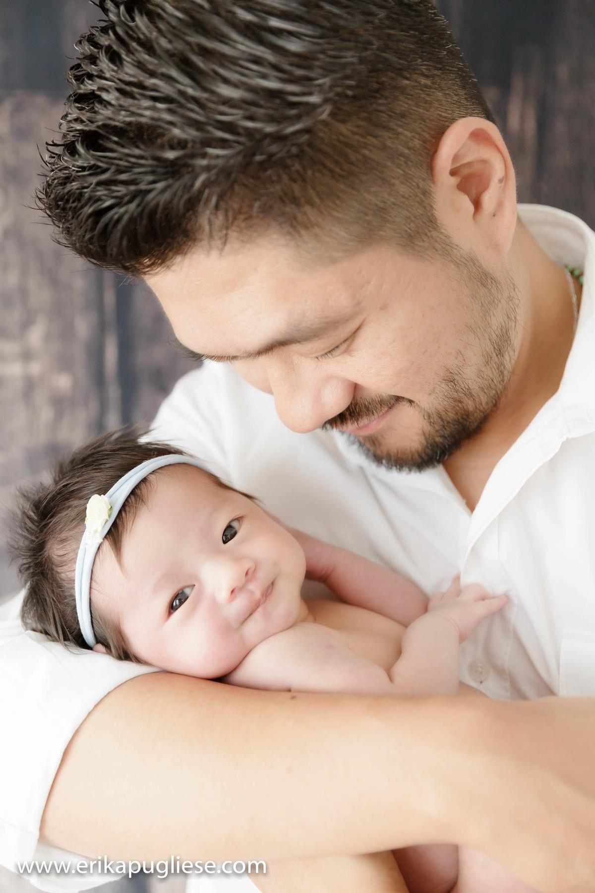 Quem é? Papai segura sua bebê recém nascida