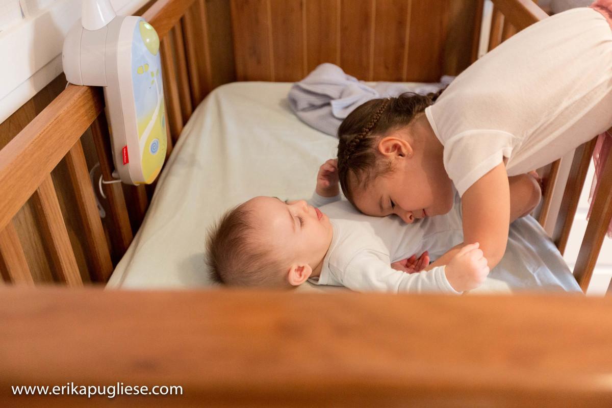 irmã sempre cuida do bebê gabriel lindo no seu ensaio de família