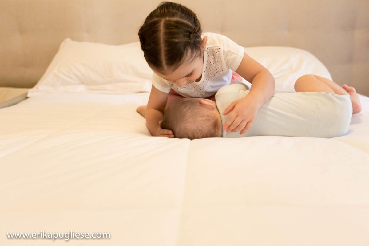 Lulu cuida do irmãozinho em Fotografia em SP