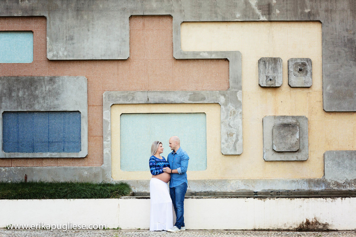 Namorando seu marido, Gabby no parque burlemarx no Morumbi para ensaio de gestante de Erika Pugliese