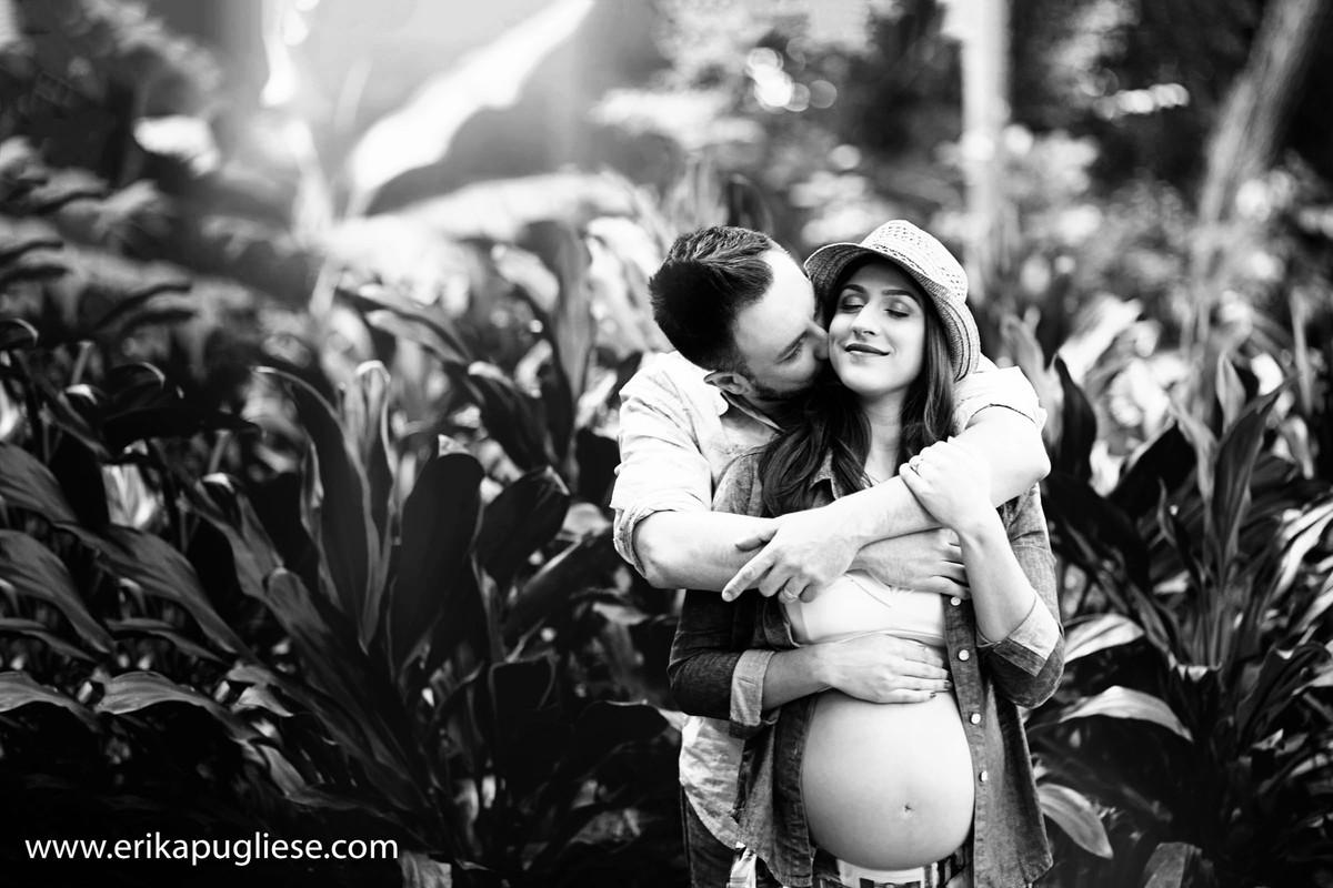 Carinho do marido na gestante Juliana Pires no ensaio fotográfico'