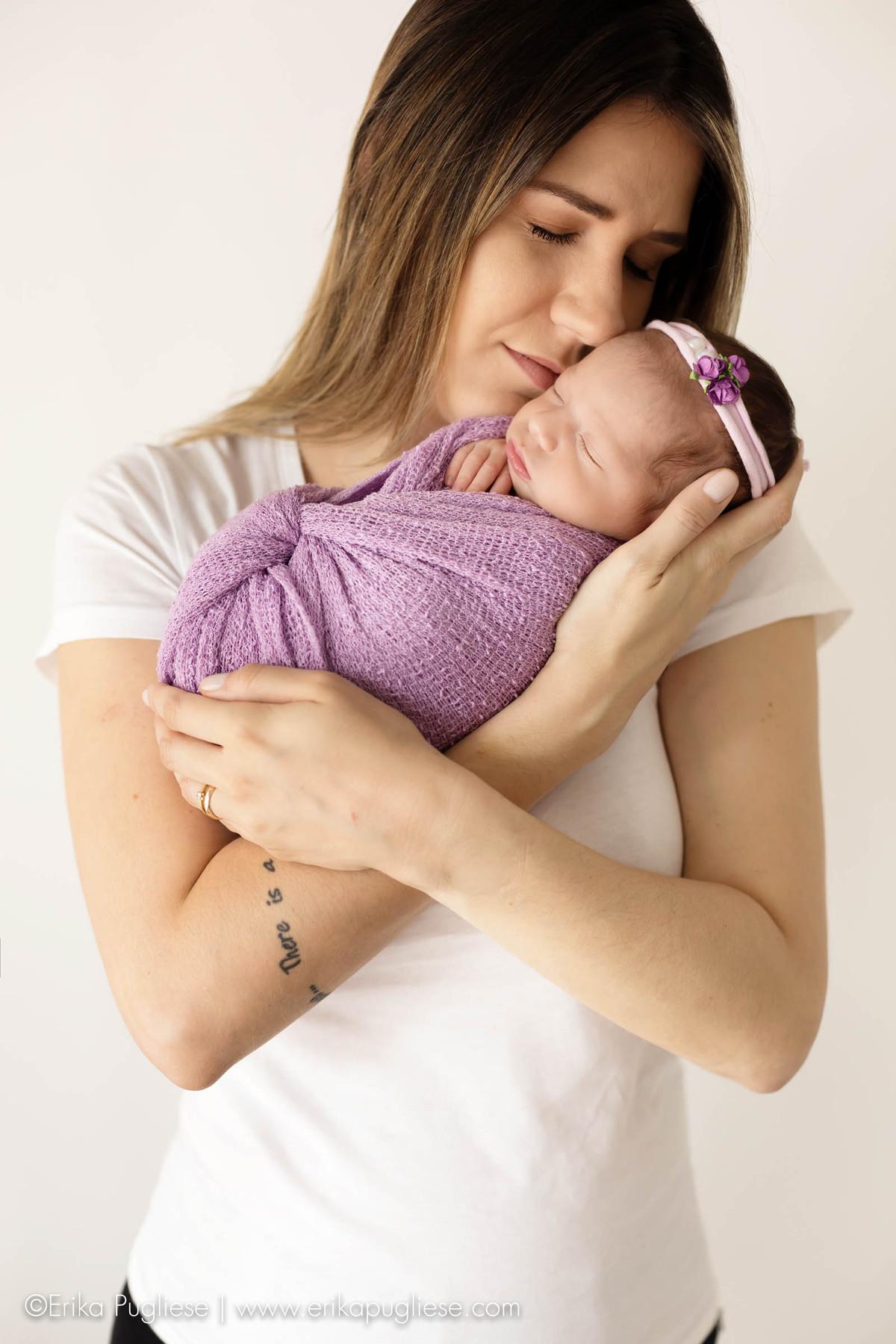 Mamãe ama cheirinho de bebê no ensaio newborn