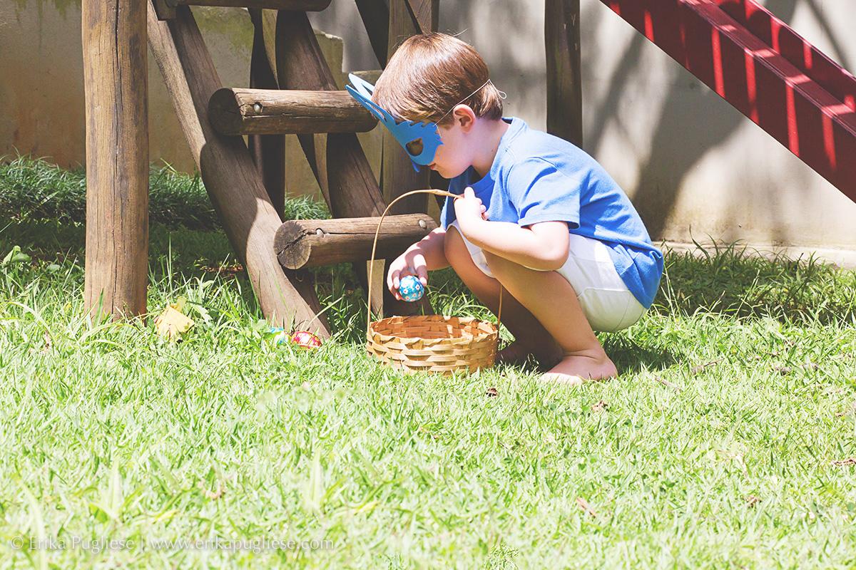Ensaio de Páscoa - João e Vivi - caça aos ovos de chocolate