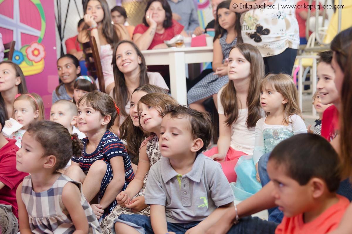 Aniversário Infantil - Sofia e Olívia. Fotografia de evento . Crianças concentradas