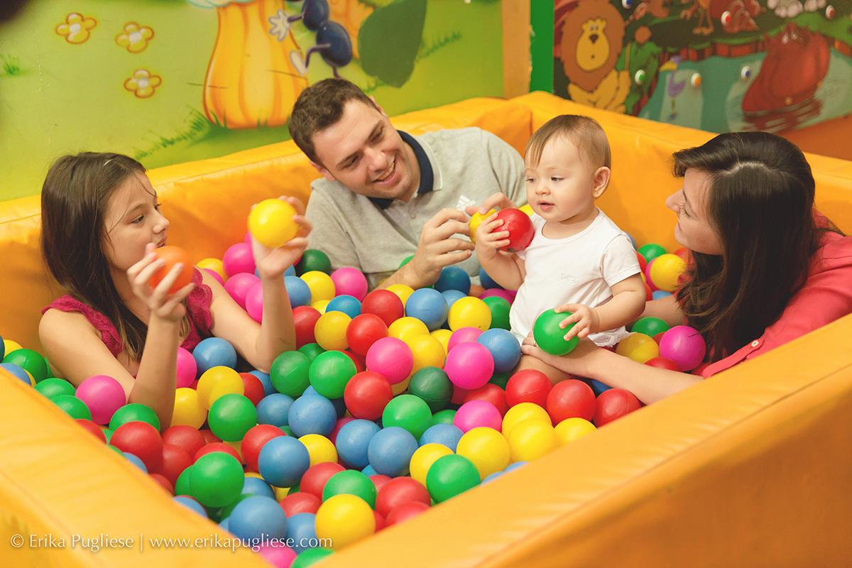 família toda  Fotografia na piscina Aniversário Infantil Laura - 1 ano