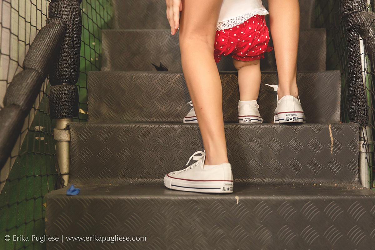 Aniversário Infantil Laura - 1 ano  Fotografia subindo as escadas com a mana