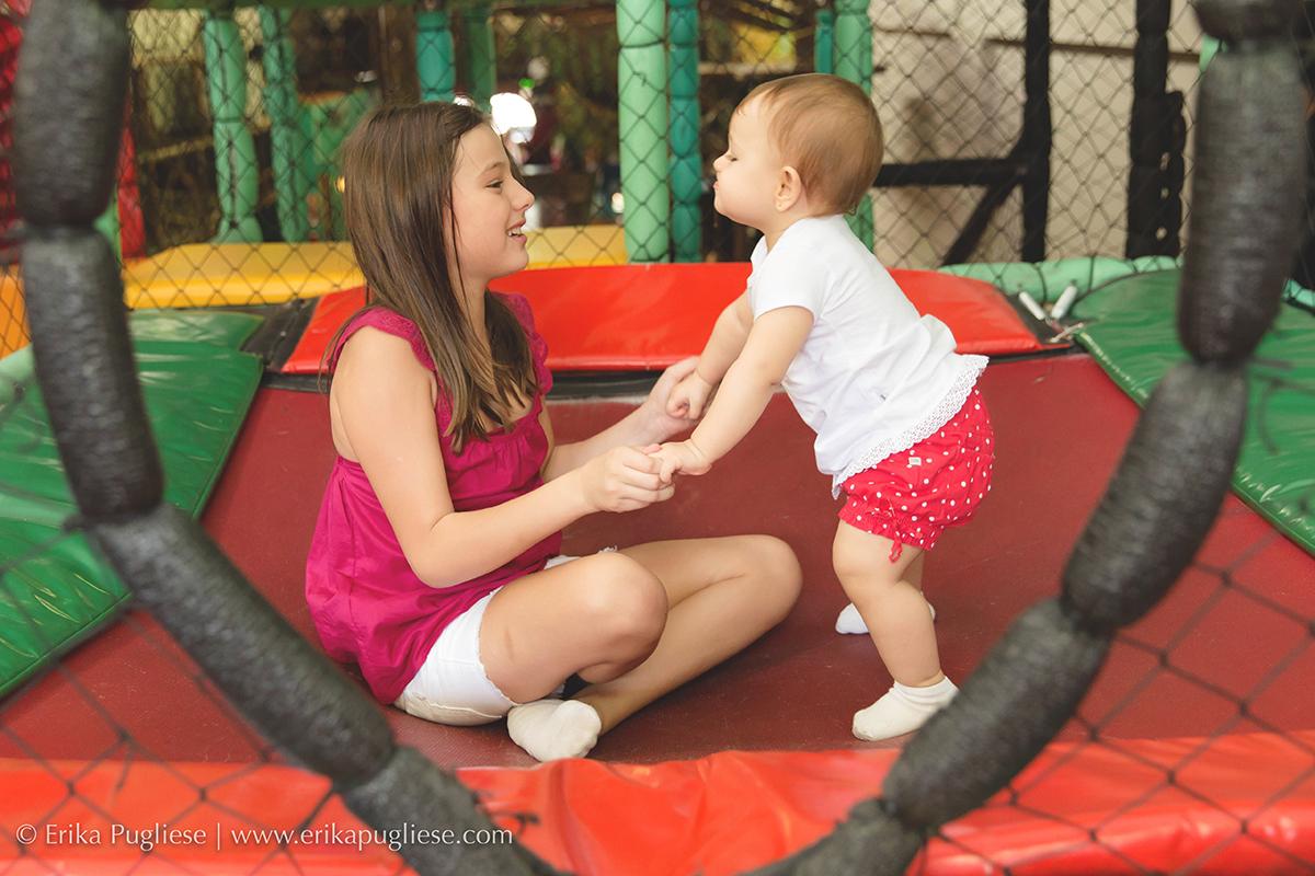 Aniversário Infantil  Fotografia  Laura - 1 ano brincando com a irmã