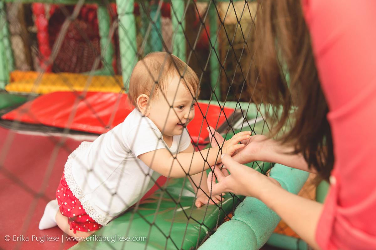 Fotografia Aniversário Infantil Laura - 1 ano mão da mamãe