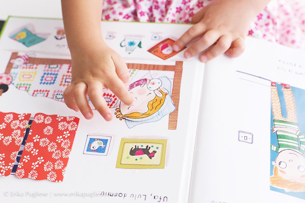 Criança Luiza sendo fotografada e mostrando o detalhe do seu livro