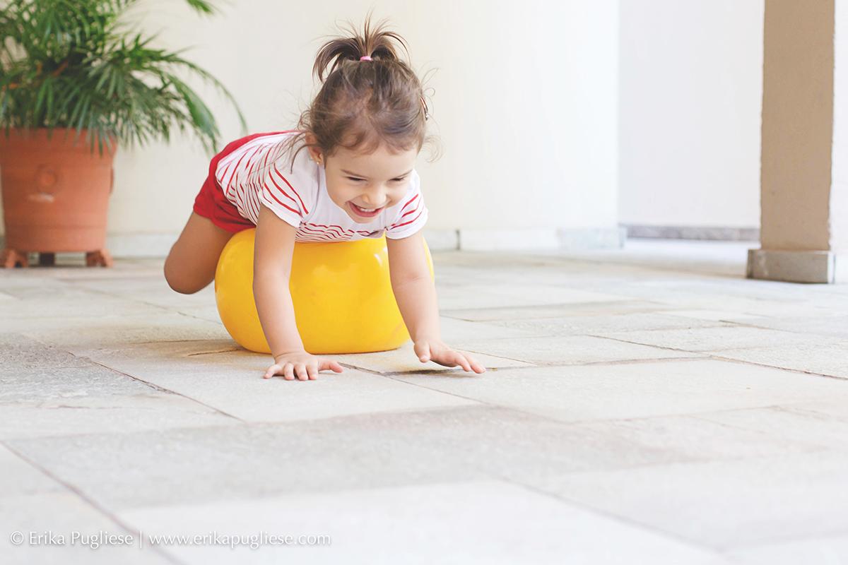 Luiza, uma criança feliz fazendo pilates para a fotografa Erika Pugliese