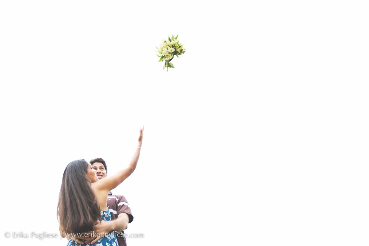 Noiva joga o bouquet  ensaio pré wedding Simone e Vitor