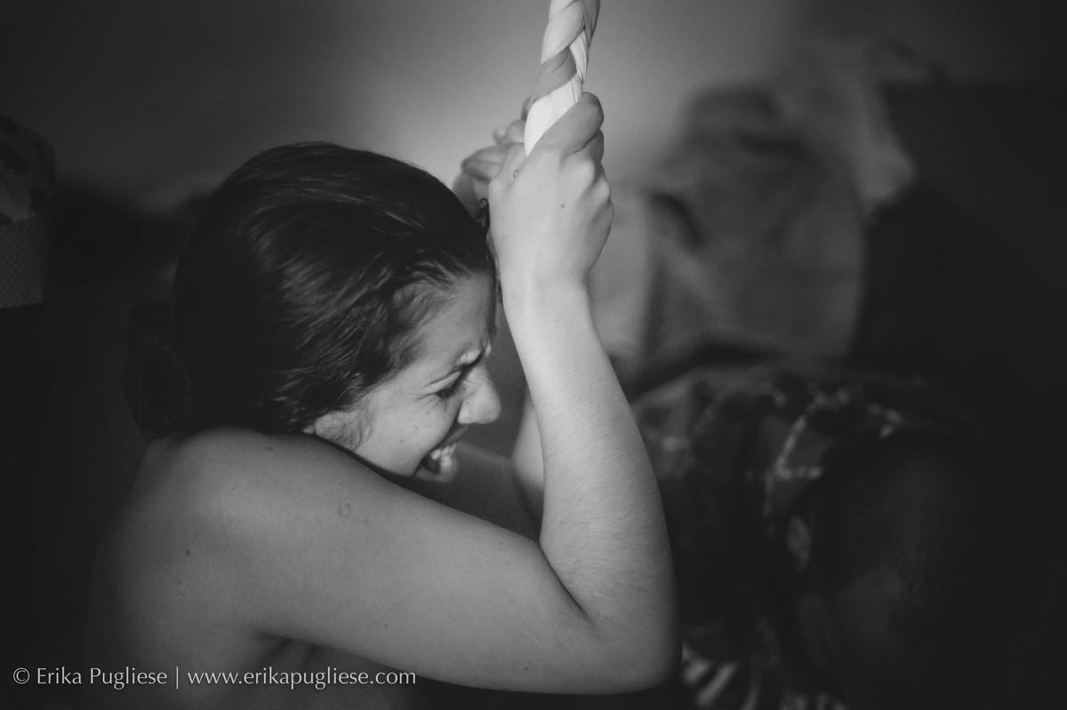 Contração da mamãe Mari fotogradada por Erika Pugliese na Casa Ângela de Parto