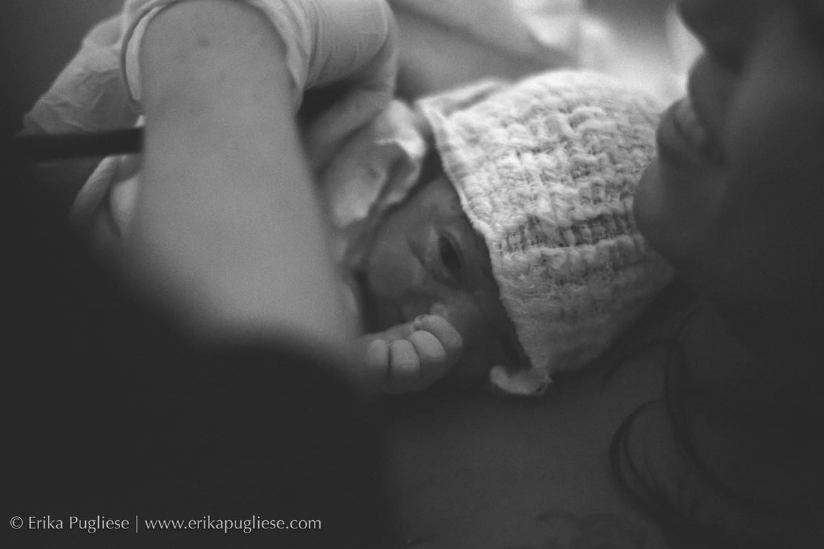 Quentinha junto com a mamãe a Malu ficou bem tranquila durante a fotografia do seu nascimento