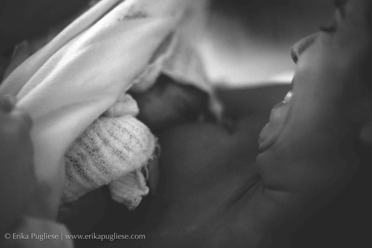 A primeira vez amamentando a Malu. Fotografado por erika pugliese em SP