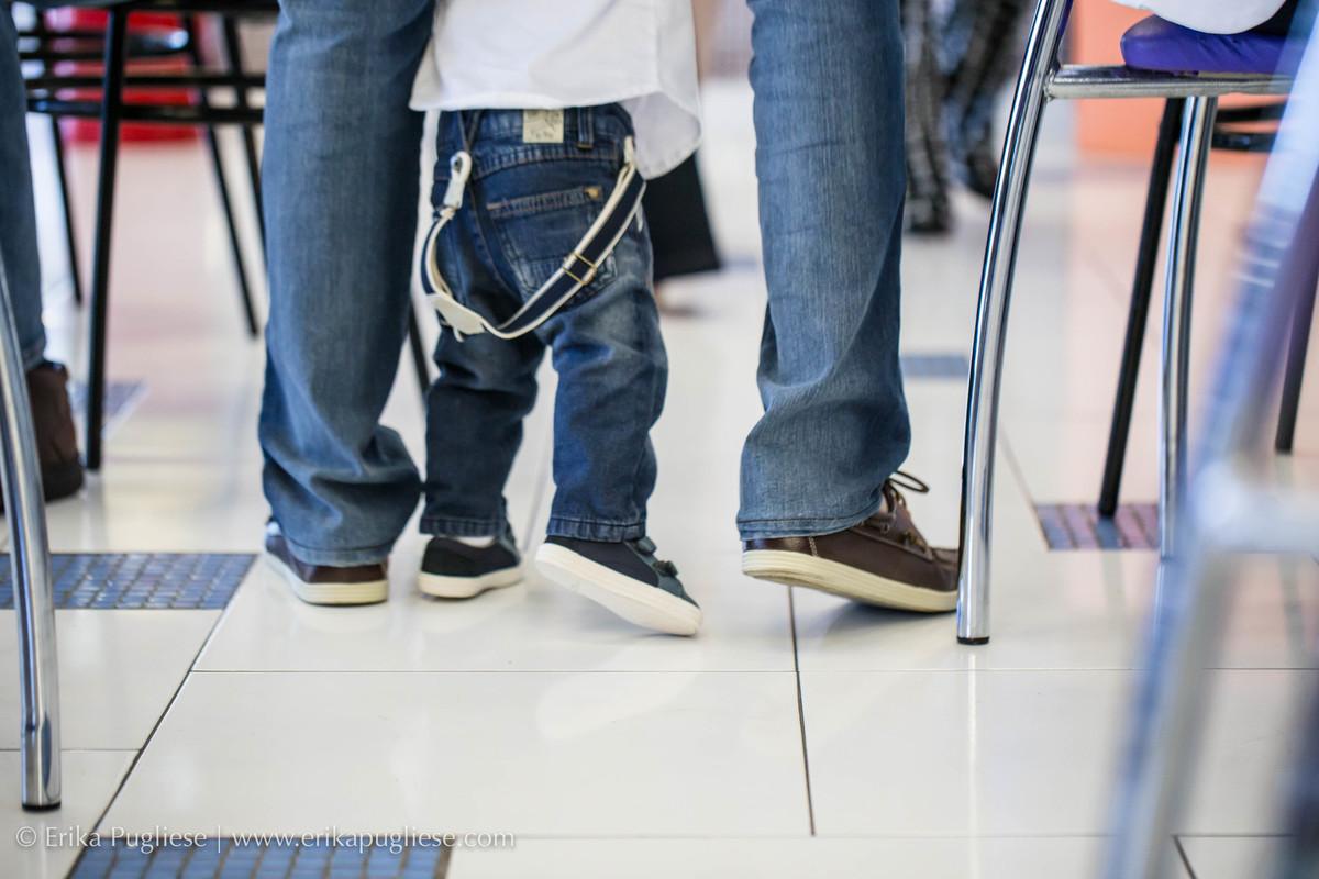 Esteja lá para me acompanhar. Criança caminhando com o pai.