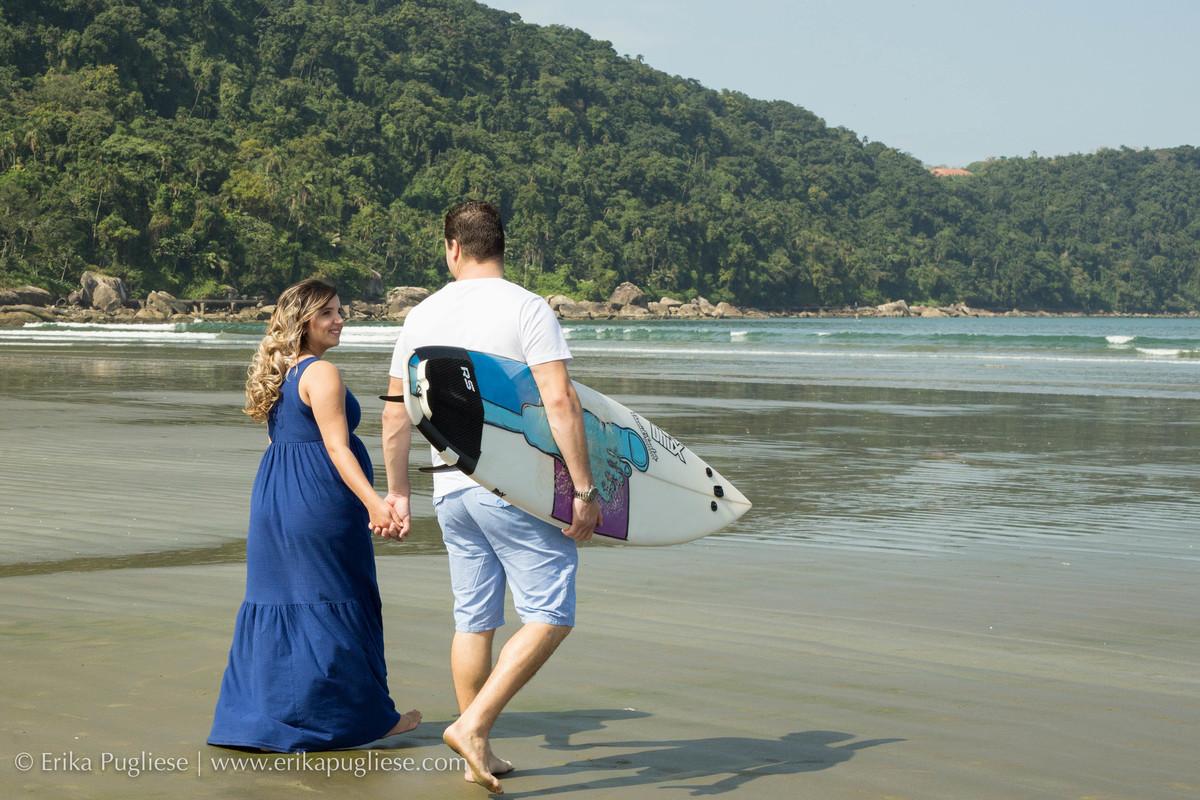 Papais passeiam em direção a praia para curtir um surfe