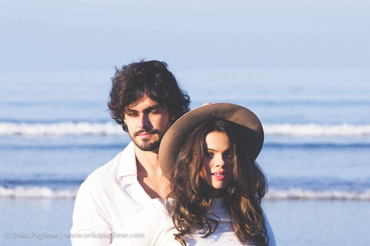 Juliana Issa e Fabio posam para ensaio de casal na praia grande para Erika Pugliese