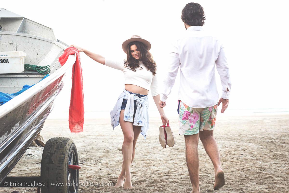 Juliana Issa espera seu noivo no ensaio de casal na praia