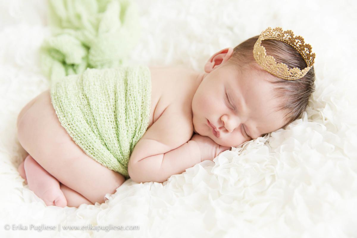 Uma princesa fazendo pose para o ensaio newborn