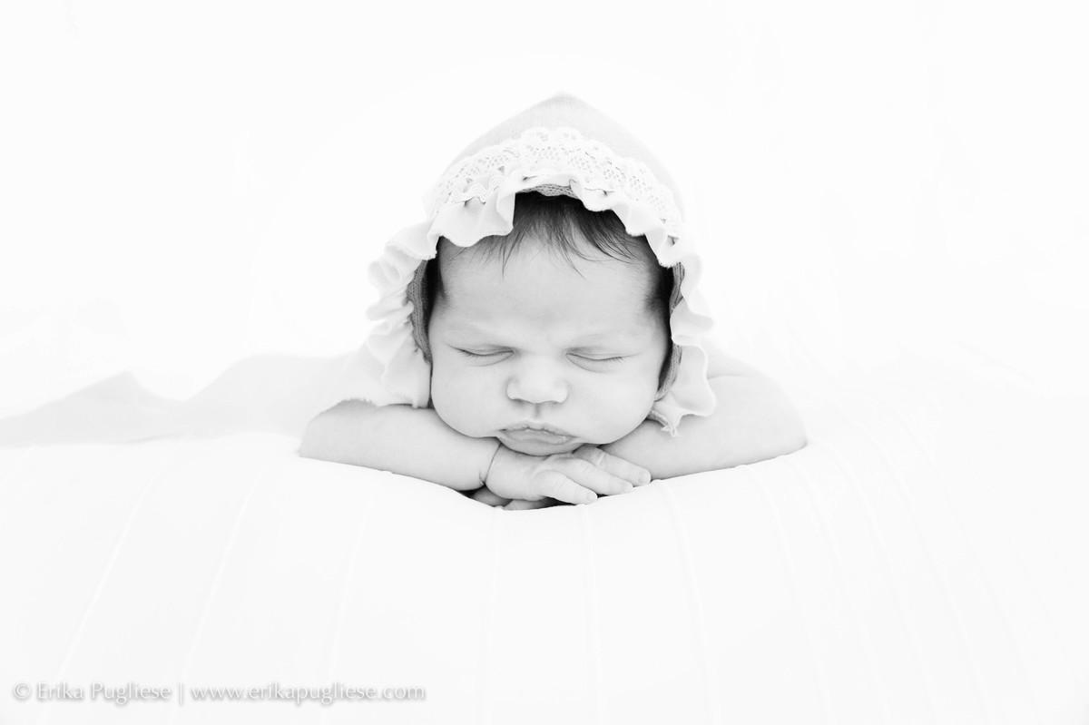 Bem tranquilinha a bebê Manu no seu ensaio newborn
