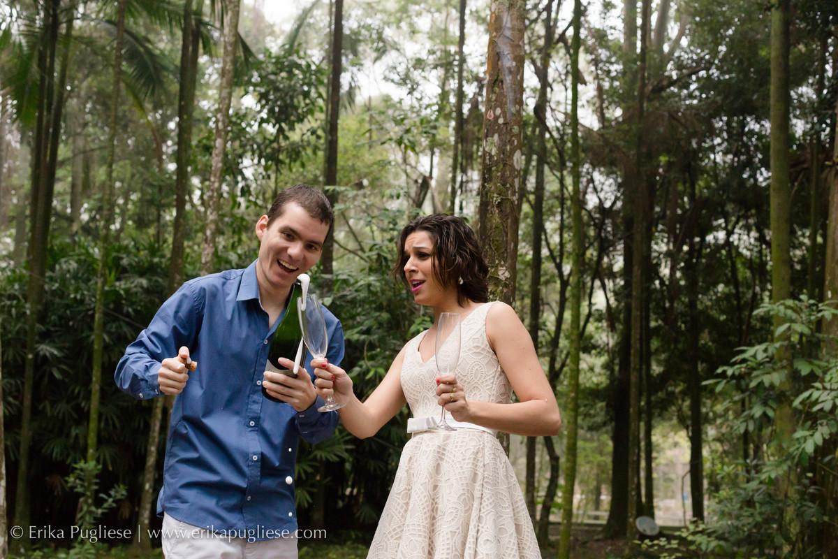 Estourando o espumante para comemorar o casamento