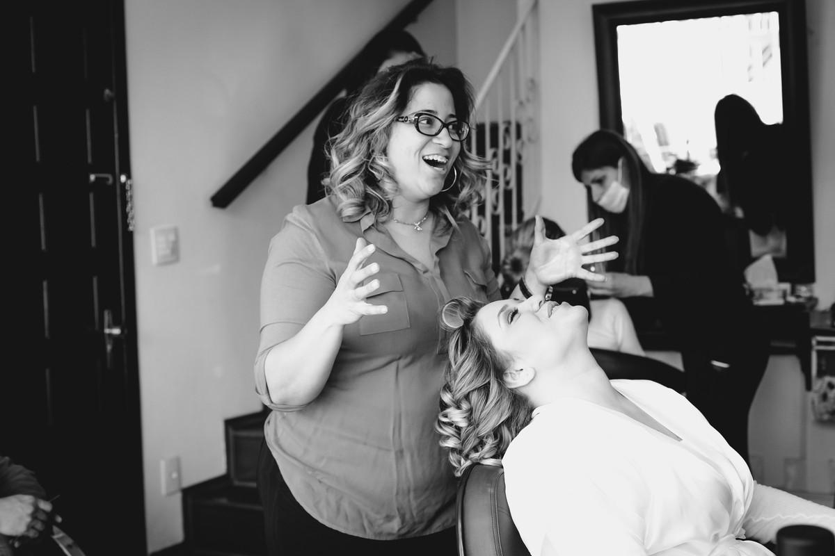 A noiva está calma, mas a maquiadora não está