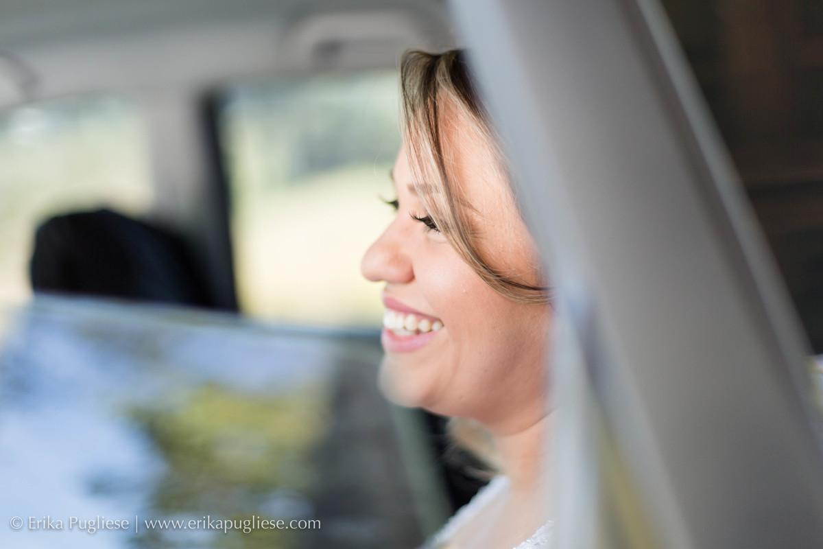 Noiva se emociona ao chegar no local da cerimônia