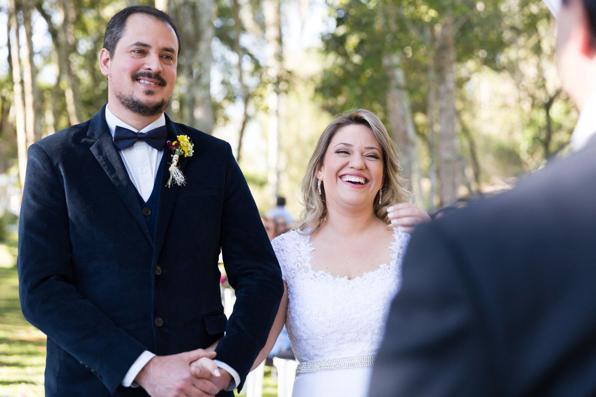 Cerimônia de casamento descontraída. A noiva ri
