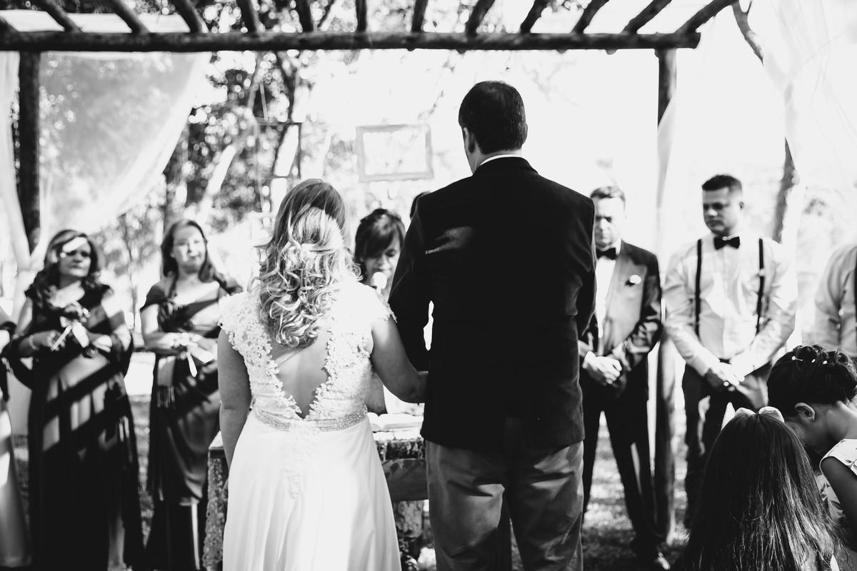 Foto do casal no altar durante a cerimônia de casamento realizado em Ibiuna