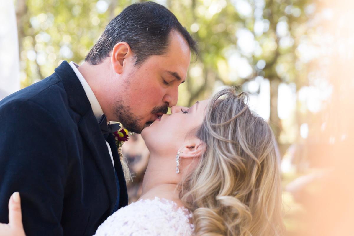 Beijo de enfim casados