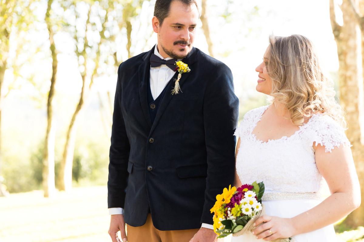 Os noivos se olham