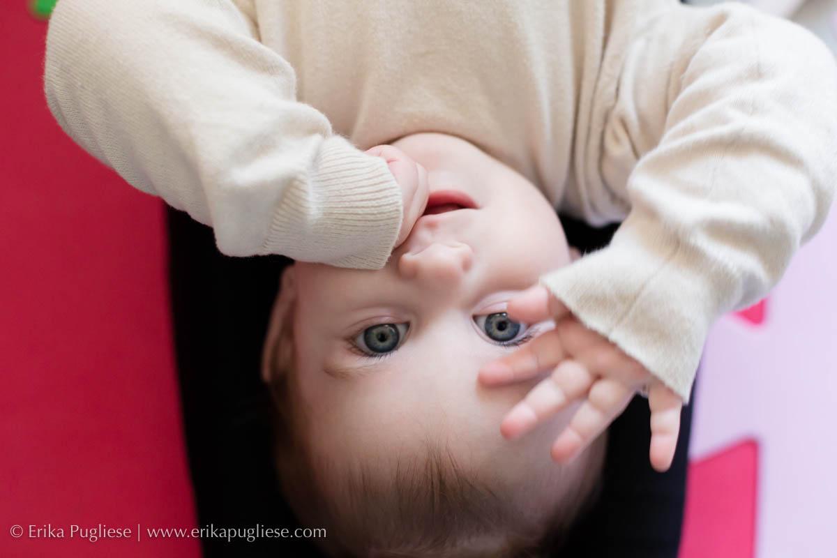 tchau pessoal. Bebê Lorena dá tchau com a mão para encerrar a sessão de fotos