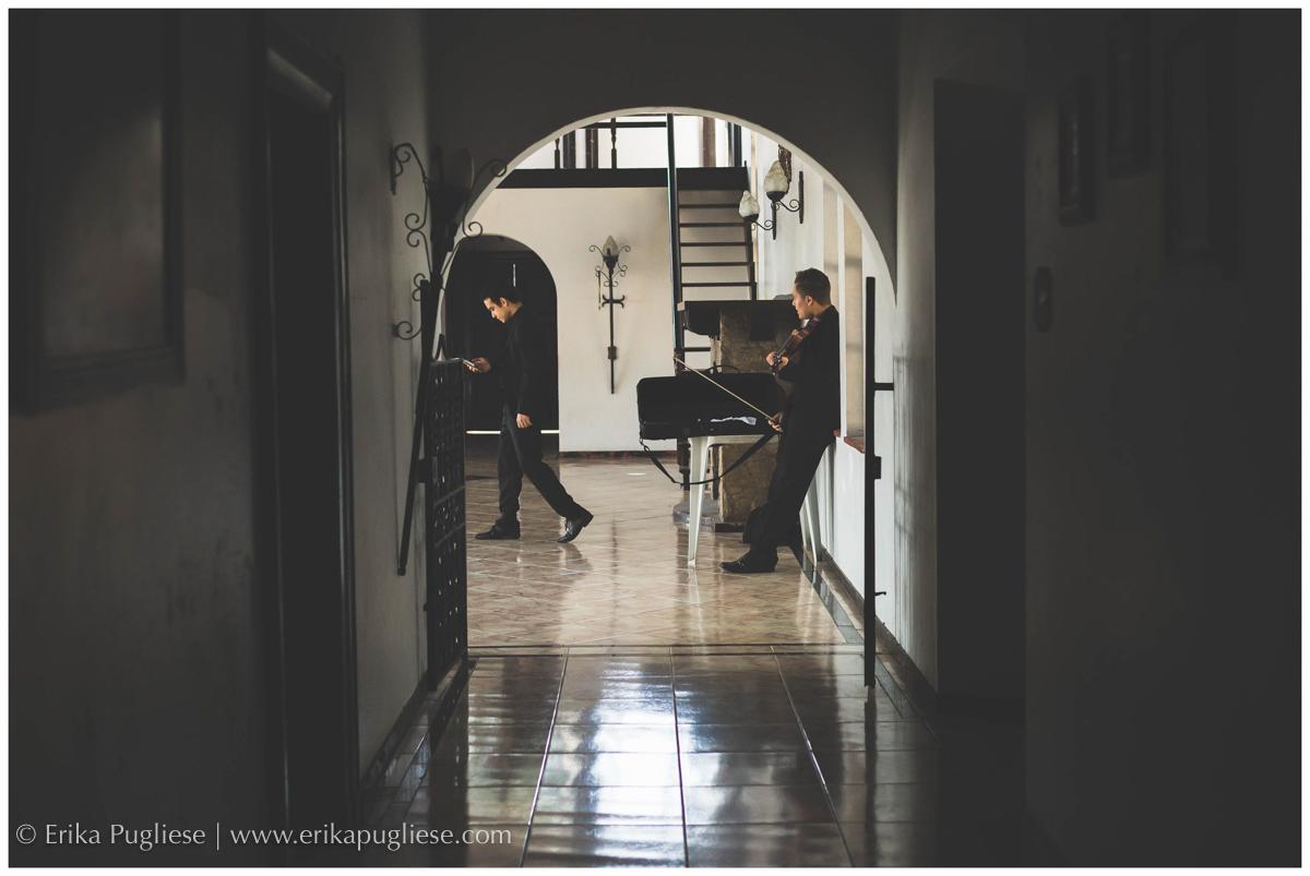 os músicos afiam o violino enquanto esperam para a cerimônia do casamento