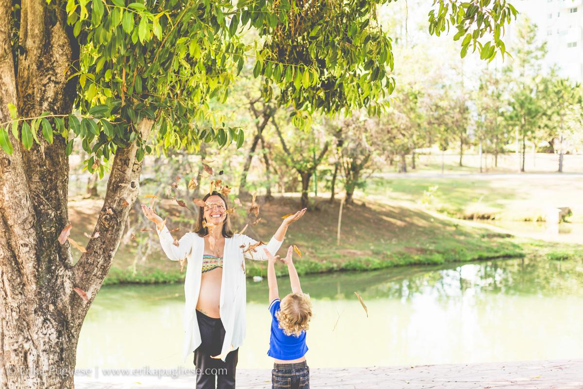 gaby se diverte com seu filho no parque para o ensaio de gestante da bella
