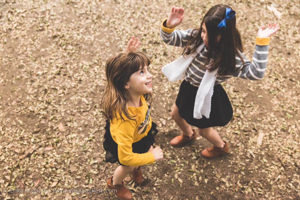 Dança maluca enquanto a fotógrafa sobe na árvore para fotografar