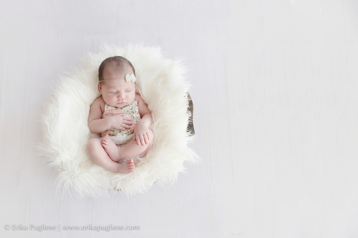delicadeza de cores no ensaio newborn da larissa