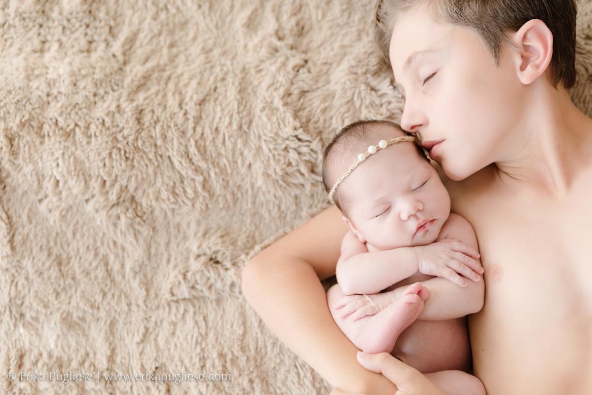 Irmão e Irmã no ensaio newborn de Erika Pugliese