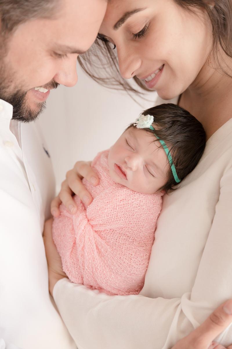 pais apaixonados por sua recém nascida
