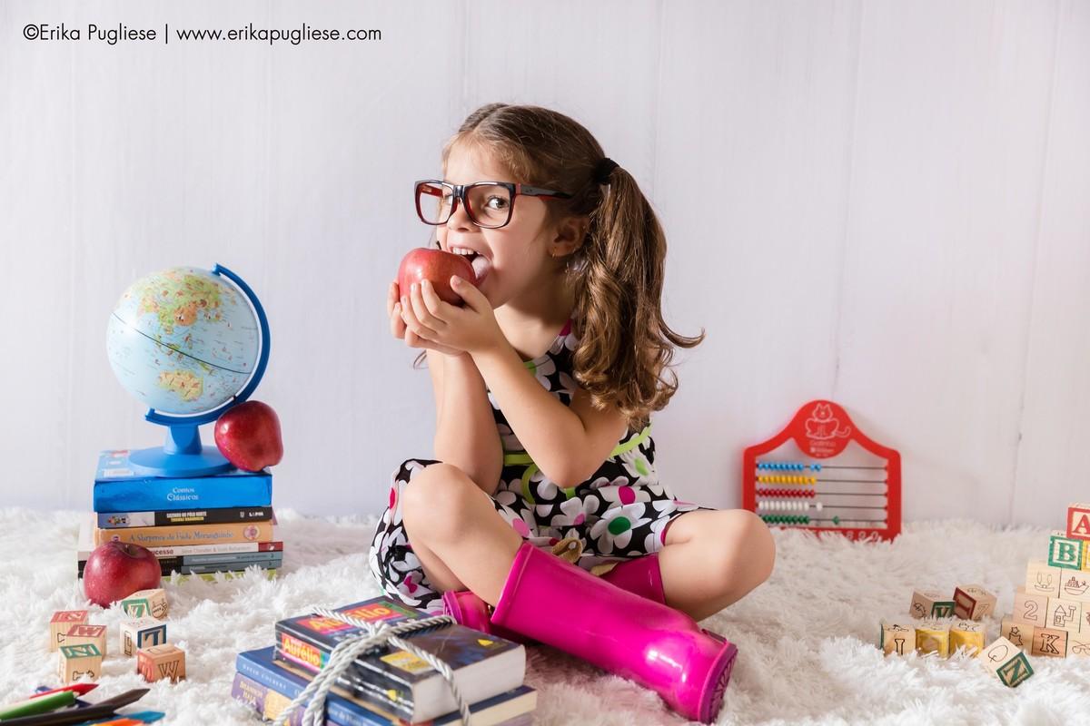 a maçã da Criança Isabela no ensaio infantil