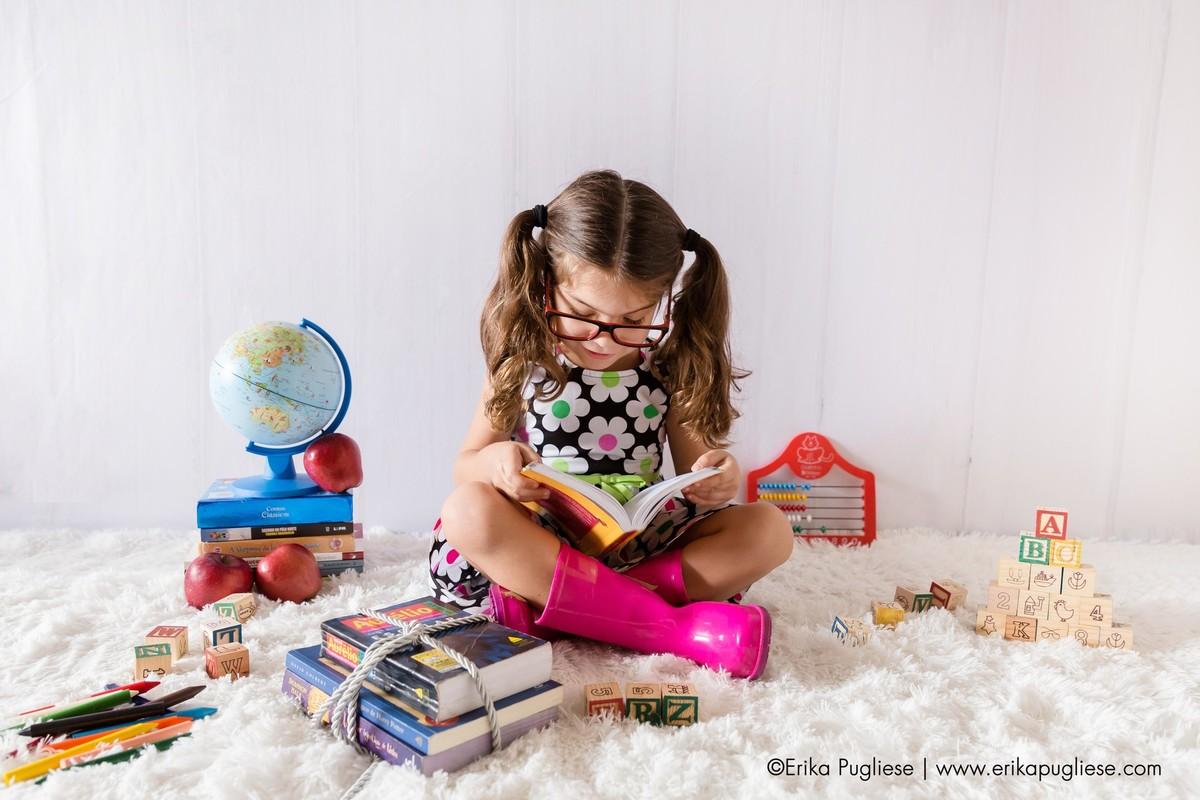 vamos ler o livro com ateção pequena criança