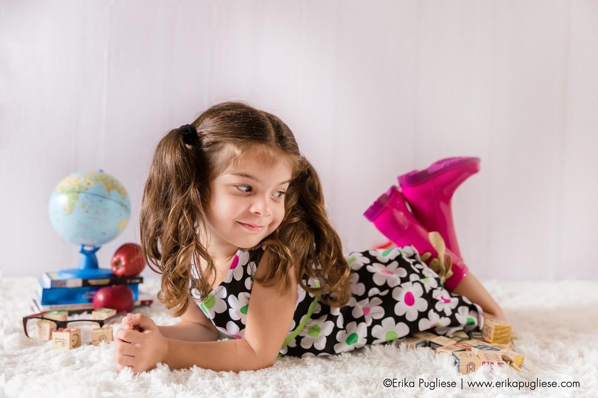 Isabela posa para foto em seu ensaio infantil