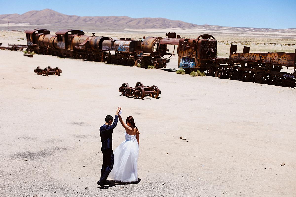wedding salar uyuni, bolivia trem abandonado