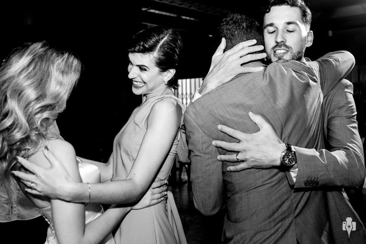 noivos recebendo abraços dos padrinhos