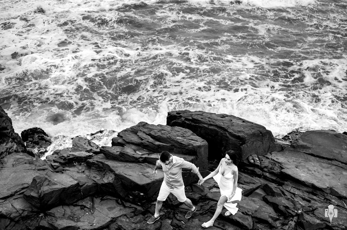 os noivos e o mar em um ensaio fotográfico pra la de diferente