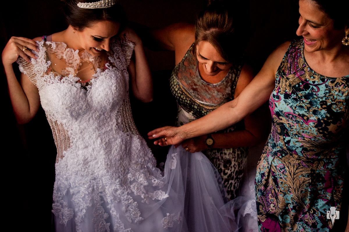 casamento no interior noiva se arrumando com as familiares