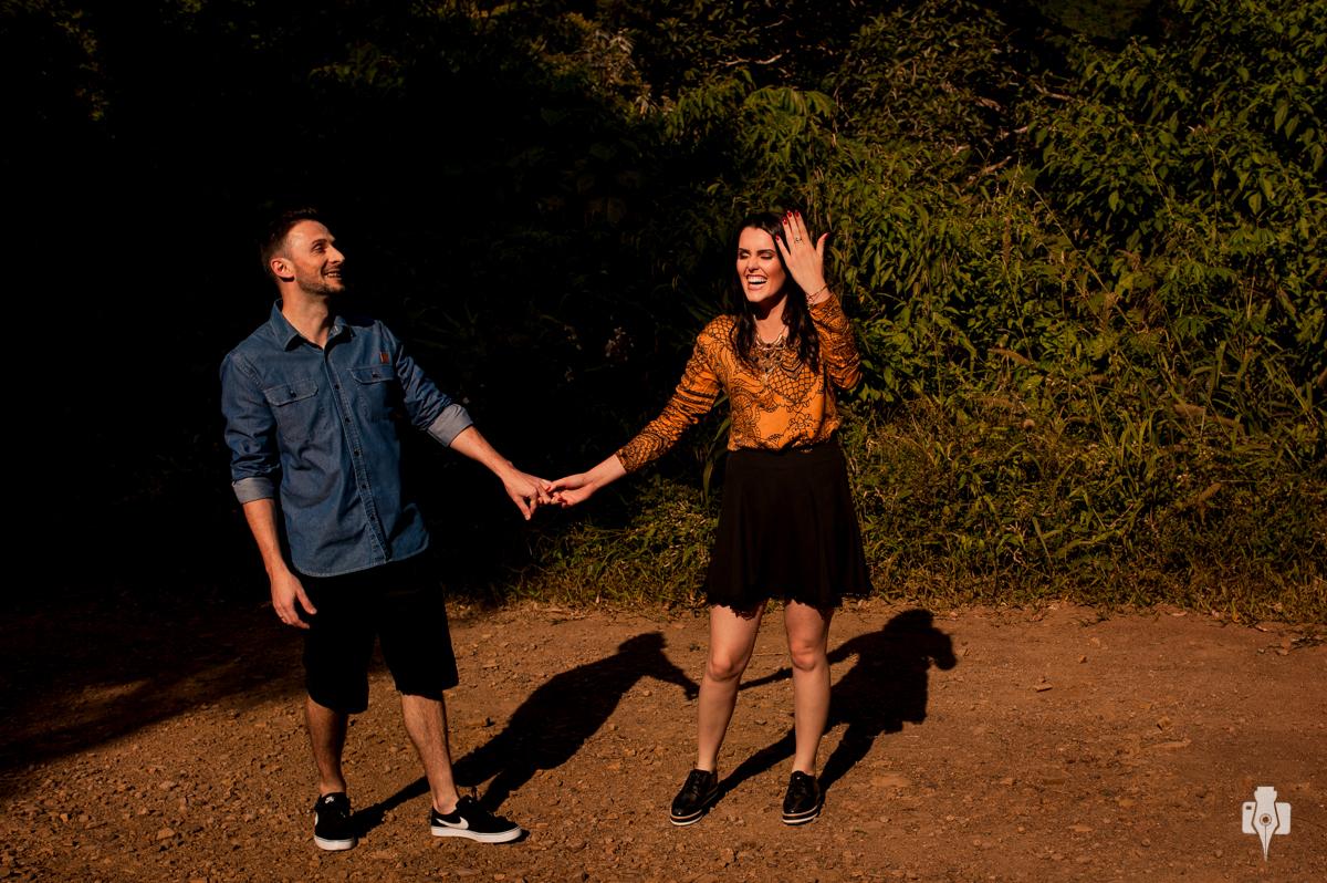 ensaio de casal no meio do mato