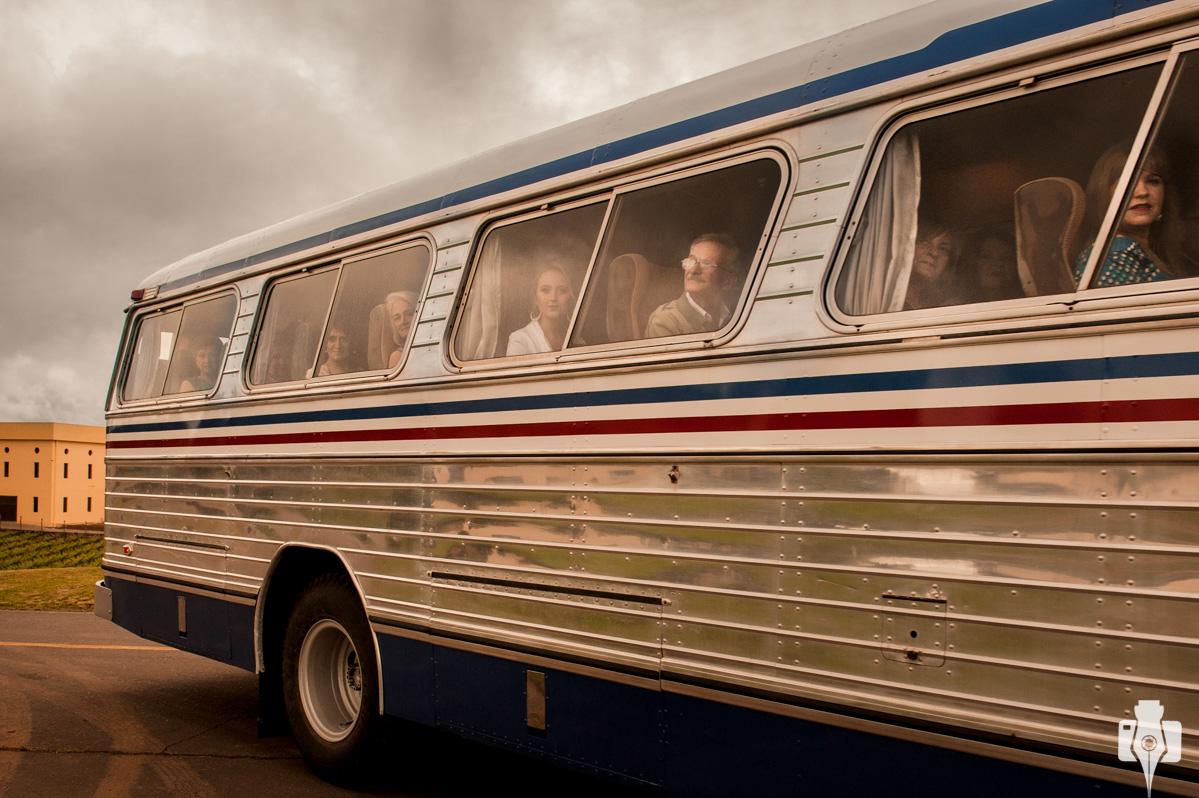os convidados chegaram de ônibus